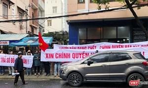 """Đà Nẵng: Hàng trăm người dân tập trung tại trụ sở Bách Đạt Corp, tố chủ đầu tư """"bẻ kèo"""""""