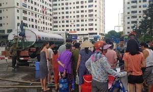 Cư dân các dự án rồng rắn xếp hàng đợi lấy nước sạch