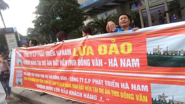 """Cư dân TNR Star Đồng Văn """"kêu cứu"""", biểu tình tố chủ đầu tư """"lừa đảo"""", chiếm đoạt tài sản? - 1"""