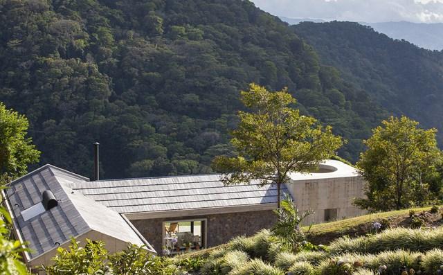Ngôi nhà nằm giữa núi đồi, dùng điện mặt trời và uống nước suối - 1