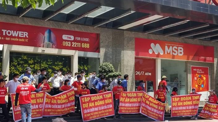Khách hàng vây trụ sở TNR Holdings đòi quyền lợi dự án TNR Stars Đồng Văn  - 1
