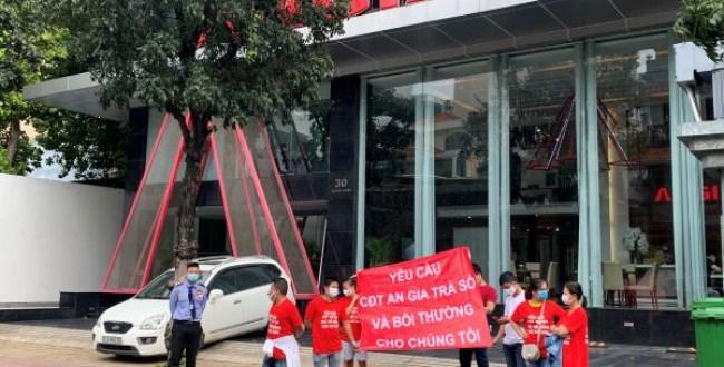Cư dân The Star tiếp tục căng băng rôn đòi sổ hồng trước trụ sở Công ty An Gia - 1