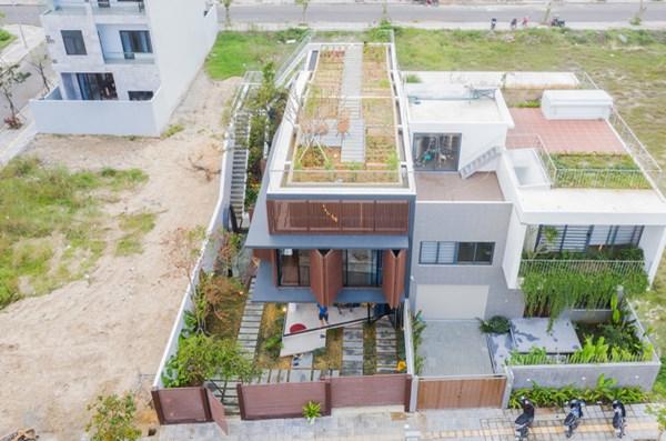 Nhà 2 tầng mở hoàn toàn với cửa kính, cả sân thượng là vườn trồng rau và khu vui chơi - 1