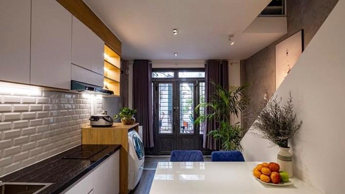 Khó tin: Ngôi nhà chỉ 17m² nhưng đầy đủ chức năng, đẹp ấn tượng dành cho vợ chồng trẻ ở Sài Gòn - 1