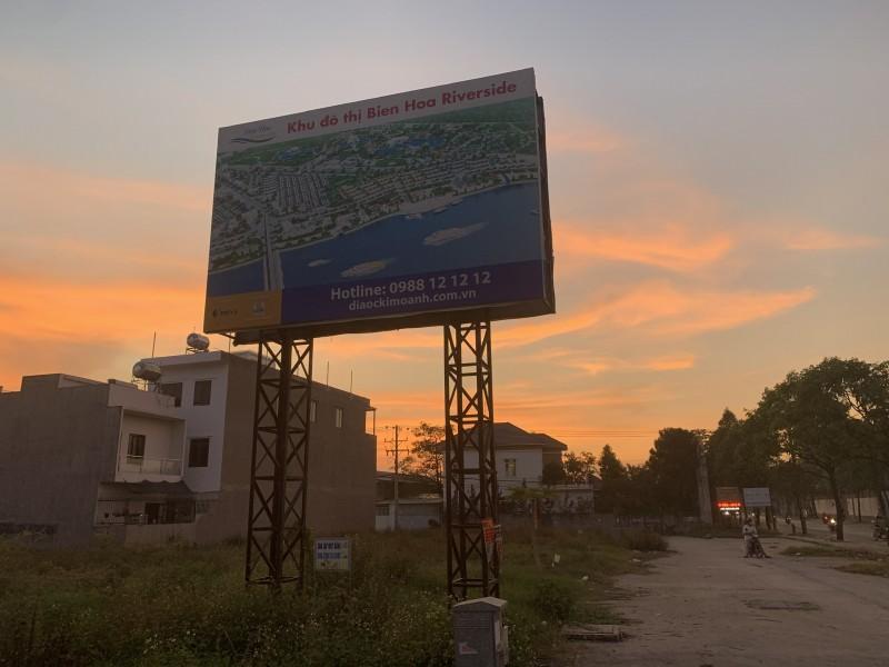 """Đồng Nai: Khách hàng treo băng rôn đòi """"sổ hồng"""" tại dự án Biên Hòa Riverside - 1"""