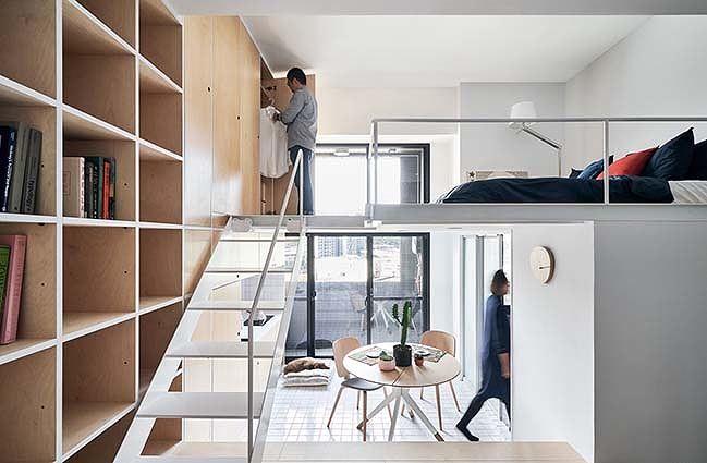 Một thiết kế nhà gác lửng nhỏ gọn và ấm cúng của hai vợ chồng người Singapore. Trong đó, thiết kế này tận dụng chủ yếu các gam màu sáng để cho không gian được thoáng đãng hơn.