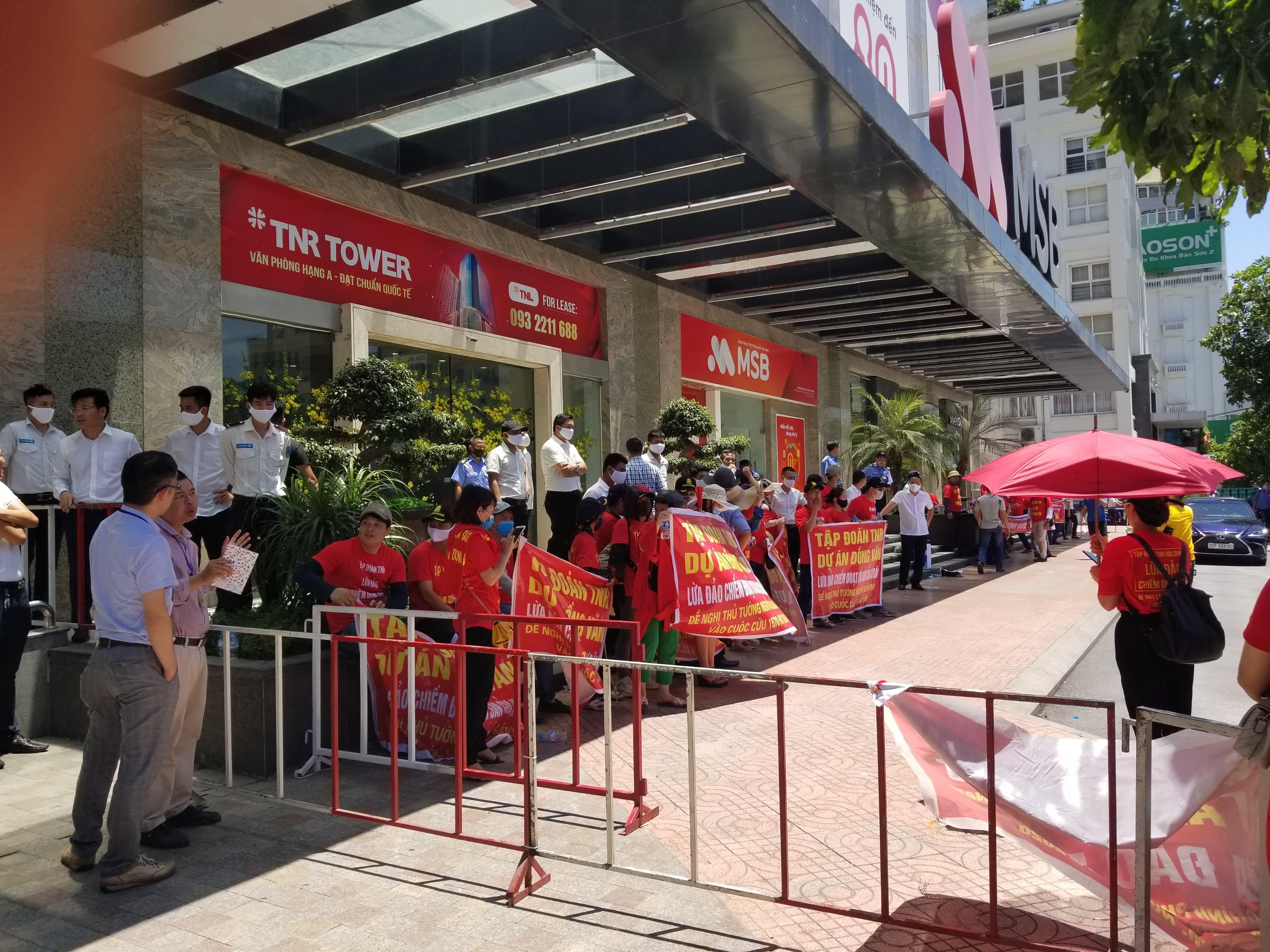 Người mua nhà vây trụ sở TNR Holdings đòi quyền lợi tại dự án TNR Stars Đồng Văn