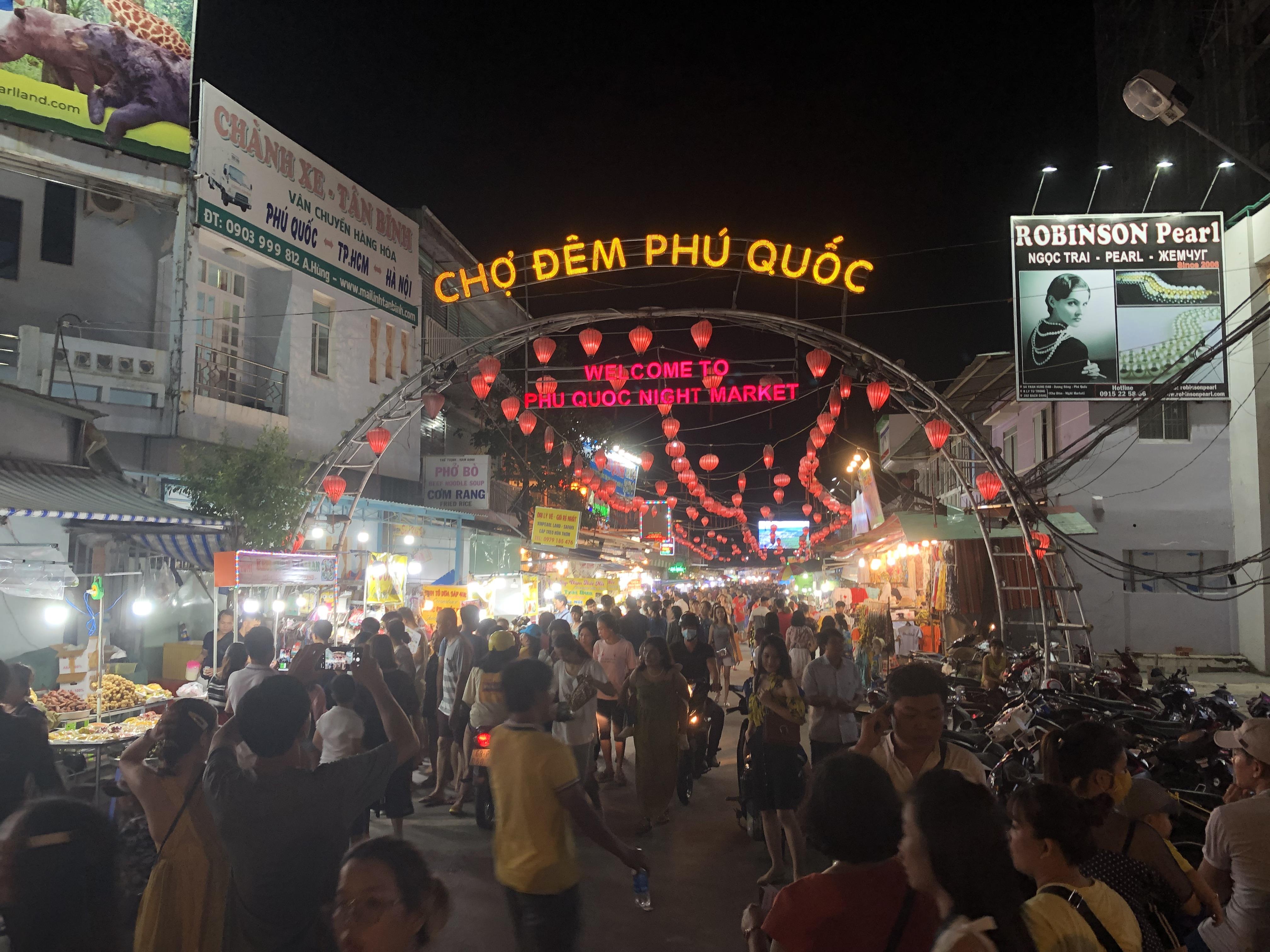 Cảnh tấp nập tại cổng chợ Đêm Phú Quốc trên đường Lý Tự Trọng.Ảnh chụp tháng 6/2019