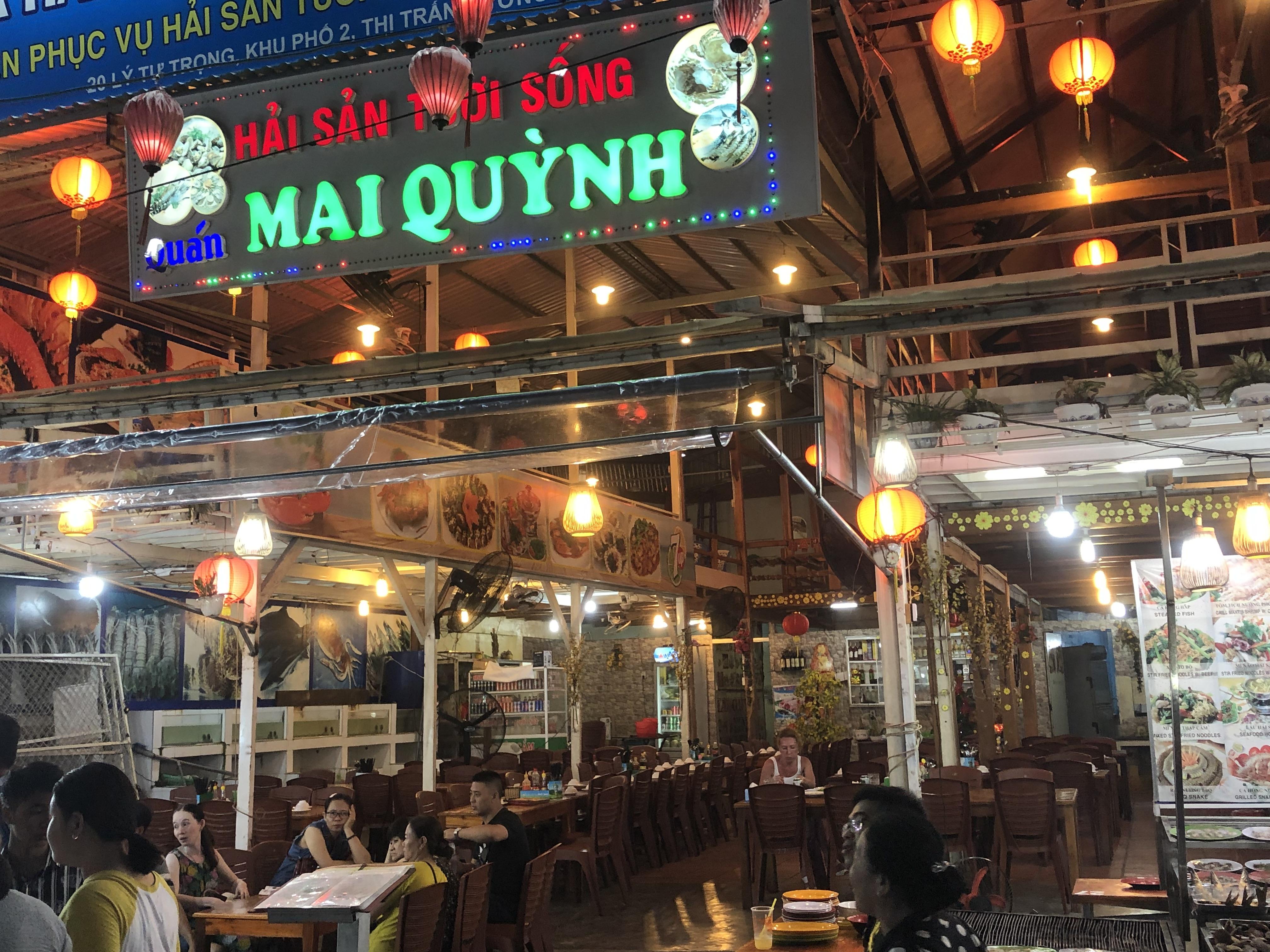 """Nhà hàng ngay mặt tiền chợ đêm Phú Quốc nhưng vẫn """"ế"""""""