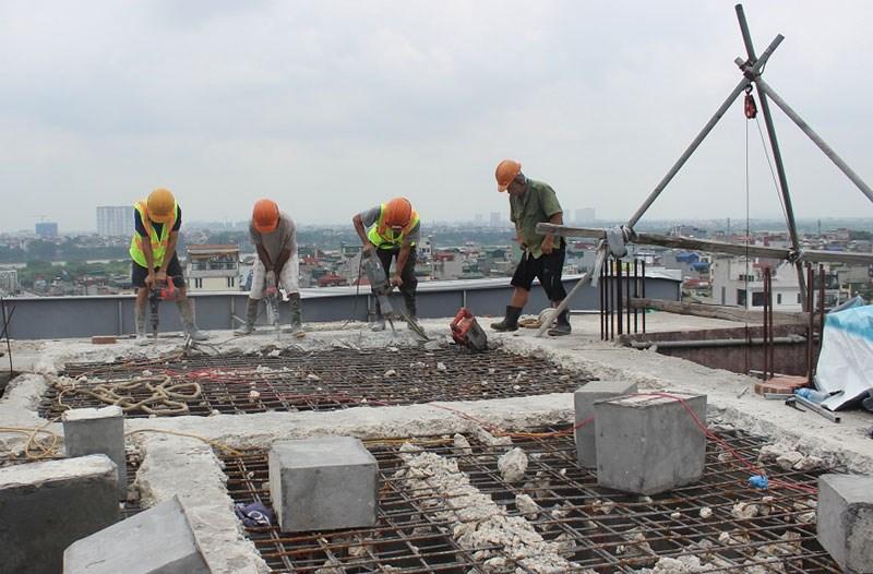 Siết chặt việc xử lý đối với các công trình xây dựng sai phép (Hình ảnh phá dỡ công trình xây dựng sai phép tại quận Hoàn Kiếm, TP. Hà Nội). Ảnh: Doãn Thành