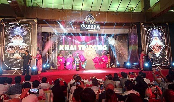 Bà Đặng Tuyết Em, Chủ tịch HĐND tỉnh Kiên Giang chính thức khai trương casino trong nước đầu tiên thí điểm cho người Việt vào chơi.