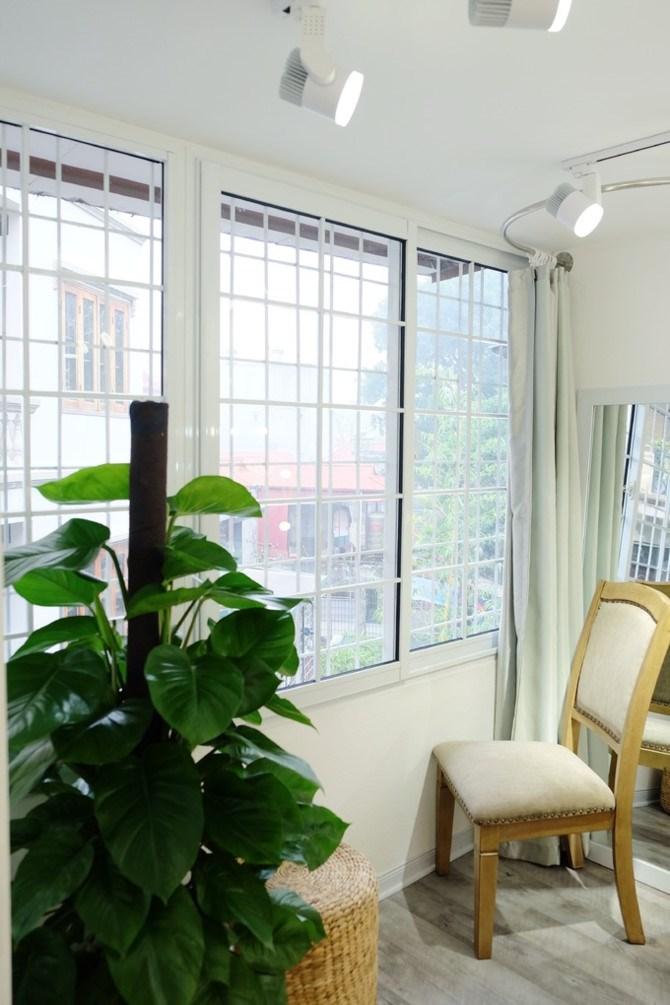 Cửa sổ từng phòng được làm lại, sơn sửa, thay vì những thanh sắt cũ kỹ ngày trước.