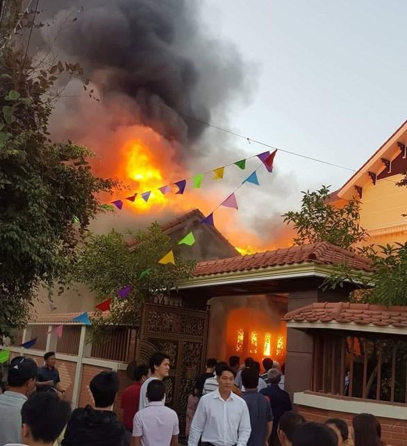Vụ cháy xảy ra tại một nhà người dân ở xã Diễn Yên, huyện Diễn Châu, Nghệ An - Ảnh: H.QUÂN