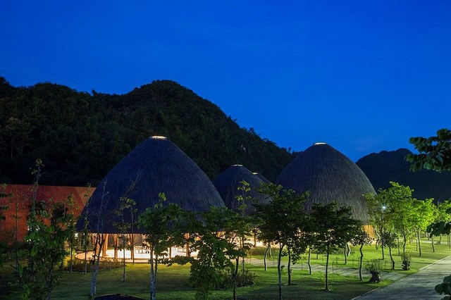 Lấy cảm hứng từ những ngọn núi cao vút ở Sơn La, các nhà thiết kế đã tạo nên năm cấu trúc mái vòm với độ cao khác nhau, tạo nên một không gian vừa thoáng đãng vừa hoà hợp với thiên nhiên nơi đây.