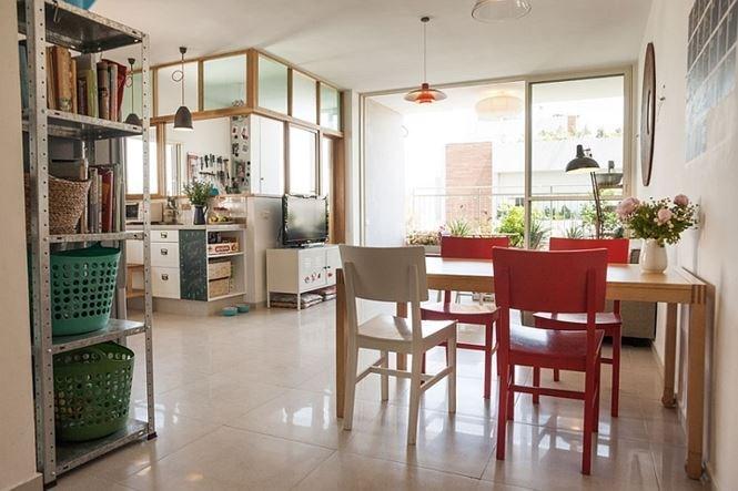 Thiết kế mở, hạn chế tường ngăn giữa các phòng cũng là cách thông minh giúp căn hộ rộng và thoáng hơn.