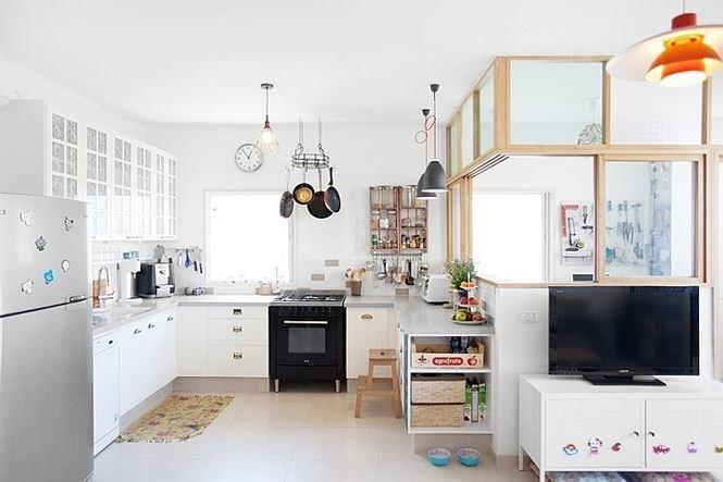 Chủ nhân căn hộ vốn là người thích sự đơn giản sạch sẽ nên nội thất chủ yếu là những sản phẩm hiện đại, đa năng.
