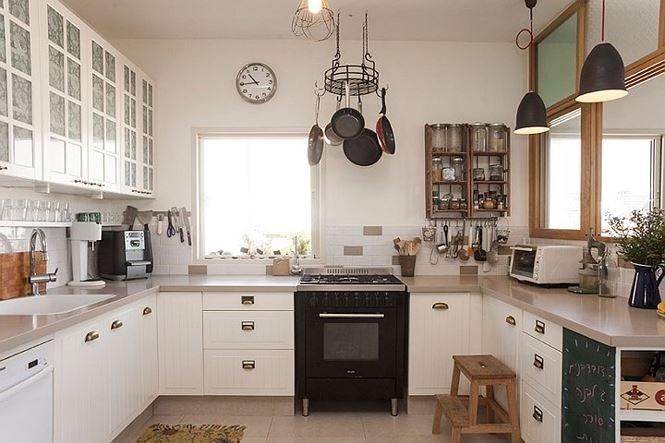 Hệ thống tủ bếp chữ U thiết kế sát tường vừa tiết kiệm diện tích lại lưu trữ được nhiều đồ đạc.