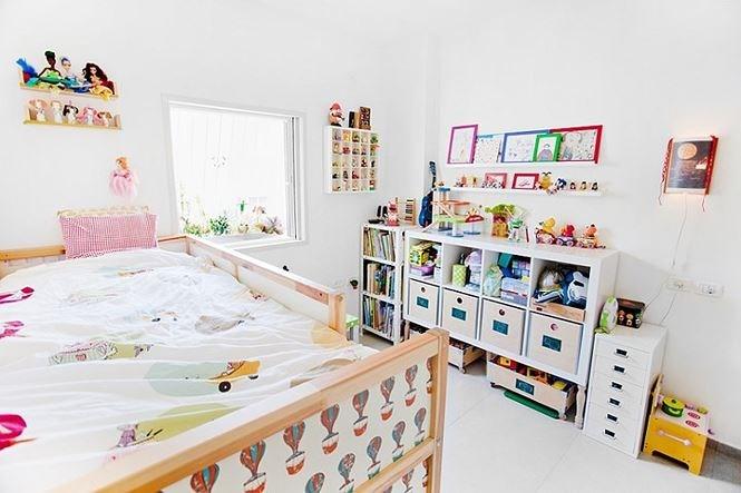 Phòng của bé được sắp xếp gọn gàng, ngăn nắp.