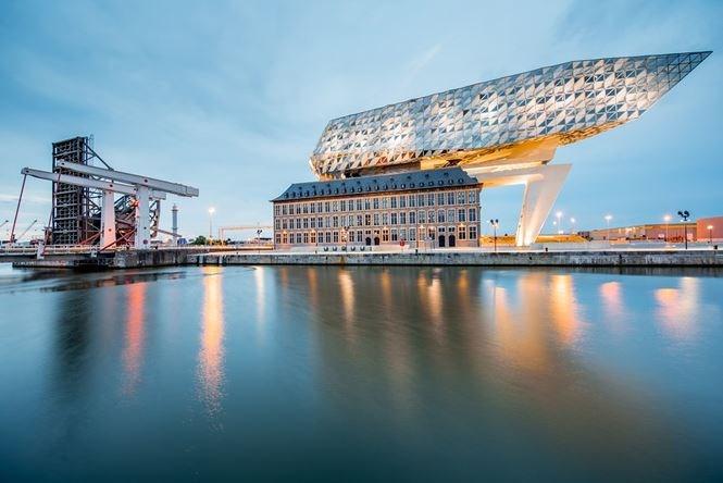 """Tòa nhà Port Authority tại Antwerp được thiết kế bởi Zaha Hadid đã tạo nên kiến trúc """"không thể đụng hàng"""" trên thế giới này. Được hoàn thiện năm 2016, sự mở rộng và cải tạo đã biến trung tâm chữa cháy bỏ hoang trở thành trụ sở mới cho khu vực cảng."""