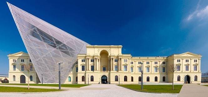 Bảo tàng lịch sử Military, nước Đức được xây dựng năm 1876 và chính phủ đã quyết định đóng cửa khu vực này vào năm 1989. Tuy nhiên, đến năm 2011, sau khi được cải tạo bởi Dabiel Libeskind, bảo tàng đã được mở cửa trở lại. Thiết kế của anh ấy sáng tạo với việc thêm một mặt tiền hiện đại với góc nhô ra khỏi tòa nhà truyền thống.