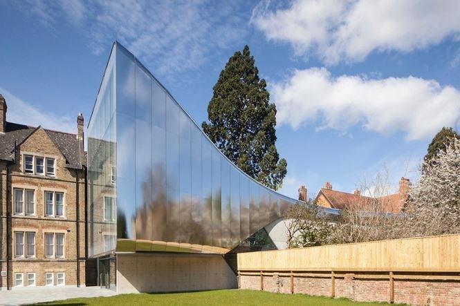 Trường đại học Antony, Oxford, nước Anh được thiết kế với kiến trúc tối tân với khuôn viên trường cũ tại United Kingdom bởi Zaha Hadid. Cô ấy đã tạo ra một tòa nhà nối với mặt tiền bằng thép không gỉ.