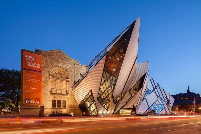 Bảo tàng hoàng gia Ontario, Canada được xây dựng lần đầu vào năm 1914 theo phong cách tân La Mã. Vào năm 2007, Daniel Libeskind đã thêm thắt phần mở rộng trị giá hàng triệu đô với kết cấu kính, nhôm và thép.