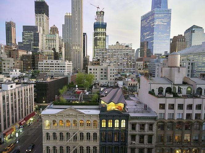 Stealth Building, thành phố New York được thiết kế bởi công ty WORKac vốn nằm trong một khu dân cư ở thành phố. Khi mà sự cải tạo tuyệt đẹp này được đưa ra thảo luận, Ủy ban thành phố đã yêu cầu rằng sẽ không có một tầng thượng nào được hiện hình tại đây. Chính vì vậy, với các kỹ năng chuyên nghiệp của mình, các kỹ sư đã rút lại phần tầng thượng để không ai có thể phân biệt được nó với các khối nhà khác.