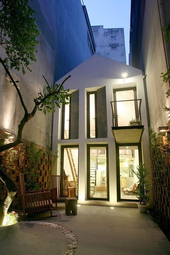 Căn nhà gác lửng tuyệt đẹp với diện tích 40m2 trong ngõ nhỏ ở Hà Nội. Với thiết kế trần cao và hệ thống cửa kính, ngôi nhà vẫn thật rộng rãi và tràn ngập ánh sáng thiên nhiên.