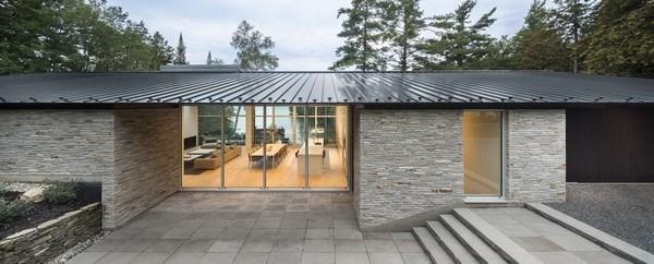 Khu nhà có diện tích 418 mét vuông, với mặt ngoài bọc gỗ đen xung quanh các cửa chính, phần còn lại được ốp bằng đá granit. Mái nhà màu đen dài 34 mét, và cao đến 7,5 mét.