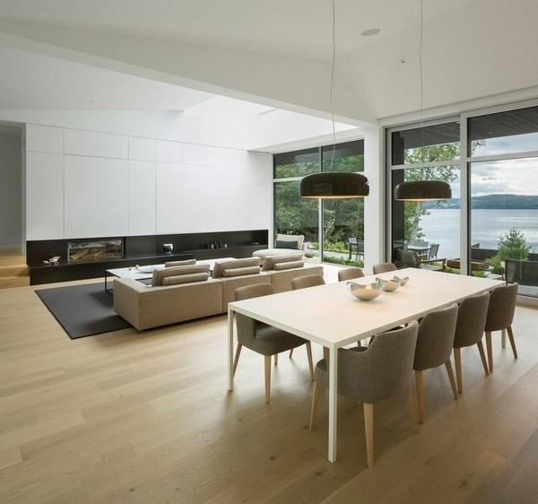 Tầng trên bao gồm một bếp nhỏ và sân thượng có thể tiếp cận từ một cầu thang ngoài trời.