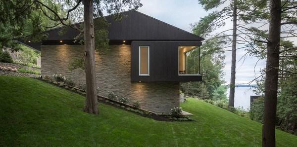 Dinh thự là một khối hình chữ nhật hai tầng được xây dựng trên một sườn dốc. Các kiến trúc sư đã đặt các bức tường giữ bằng gạch kiêng cố để ngôi nhà có thể bám trụ với nền đất.