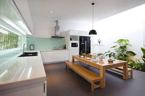 Bếp được thiết kế hình chữ L sử dụng một màu trắng tinh khiết được phối cùng màu xanh ngọc quý phái quyến rũ.