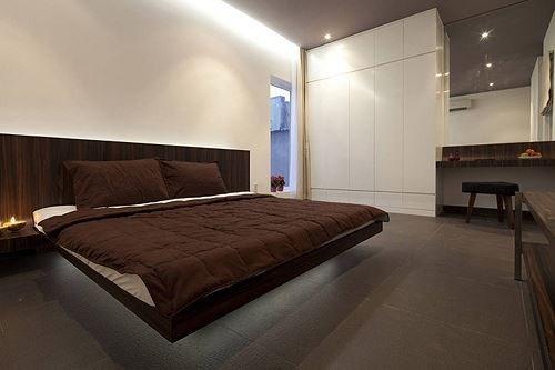 Phòng ngủ vợ chồng được lấy tông trầm kiêu xa.
