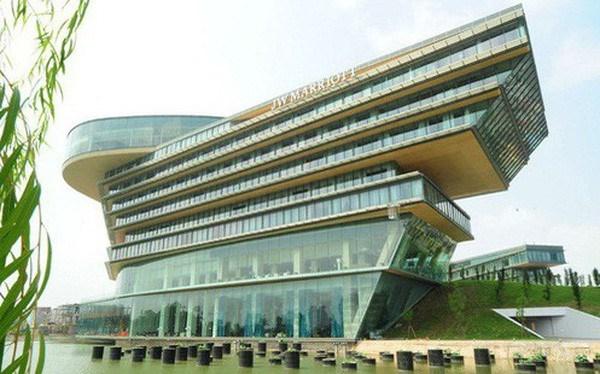 Khách sạn nằm trong tổ hợp Trung tâm hội nghị Quốc gia và hội trường Ba Đình mới tại quận Nam Từ Liêm (Hà Nội).
