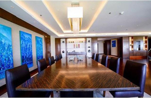 Phòng khách còn được bố trí bàn lớn 10 người, vừa có thể làm việc, vừa sử dụng làm bàn ăn.