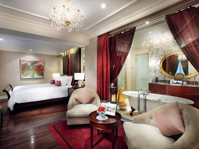 Phòng ngủ chính có giường Sofitel MyBed cỡ lớn (King size). Giường ngủ được thiết kế đặc biệt có thể hạn chế ảnh hưởng khi người nằm bên cạnh cử động.