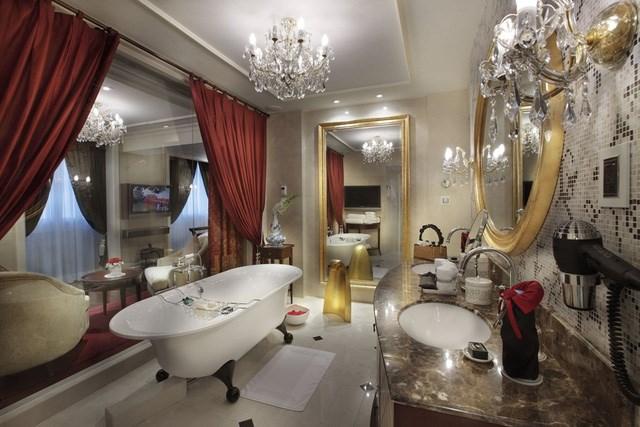 Phòng tắm tại Grand Prestige Suite sở hữu bồn tắm kiểu Pháp, vòi sen xông hơi và bộ đồ dùng phòng tắm hiệu Hermes.