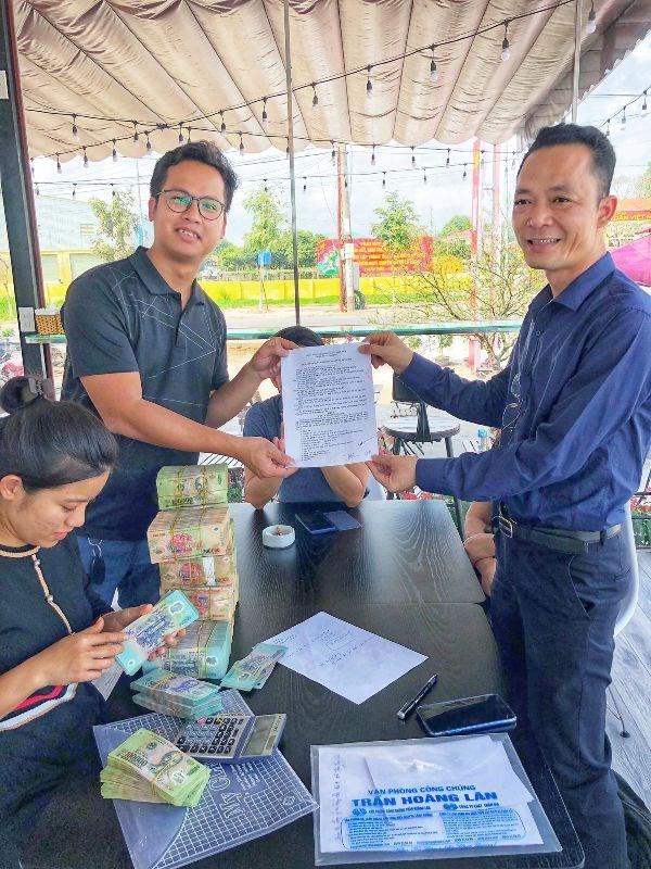 Anh Nguyễn Mạnh Phong - Chủ sàn giao dịch BĐS Vandon Star trong một giao dịch thành công tại dự án KĐT Phương Đông.