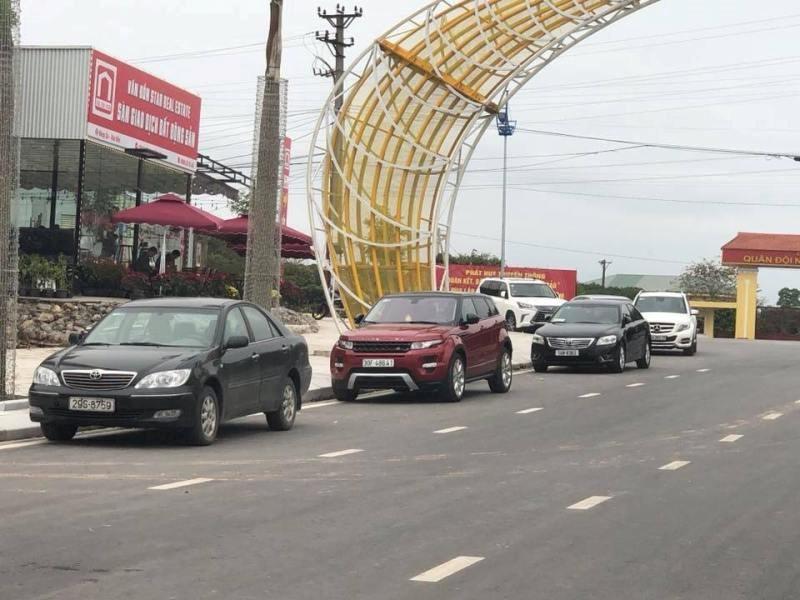 Phòng giao dịch mới của anh Phong (mới được xây dựng tại cổng chính KĐT Phương Đông) tấp nập khách đến tìm hiểu thông tin hàng ngày.