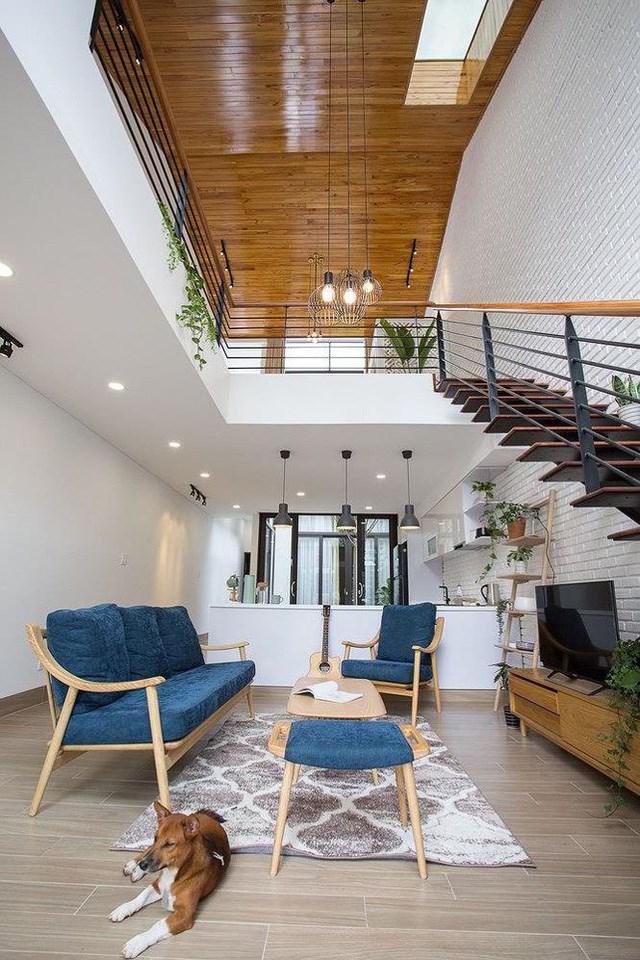Khác với kiểu ngăn cách tầng 1 và tầng 2 trong các thiết kế truyền thống, kiến trúc này mang đến một tầm nhìn đẹp mắt hơn khi bạn bước vào sảnh của ngôi nhà.