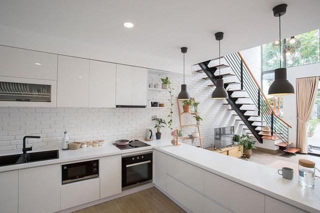 Tiếp nối phòng khách là bếp và phòng ăn. Đồng nhất với phong cách chung của ngôi nhà, bếp được thiết kế chủ đạo với tông màu trắng, nhẹ nhàng và sạch sẽ.