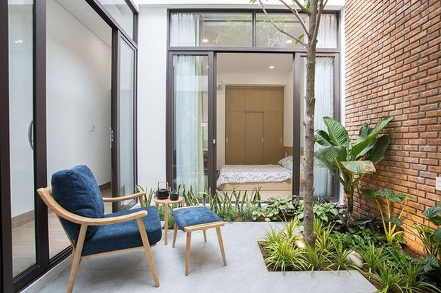 Ở phía cuối tầng 1 là một phòng ngủ được ngăn cách bởi một khu vườn nhỏ.