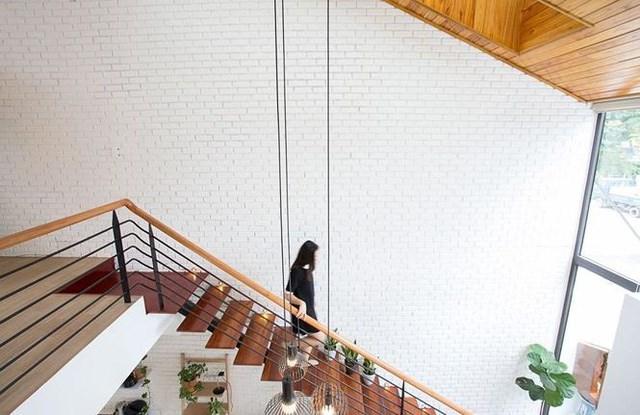 Cầu thang được làm từ các miếng gỗ mảnh và tay cầm kim loại. Đối với các khung nhà không quá lớn, thiết kế cầu thang như vậy sẽ làm ngôi nhà trông rộng rãi hơn.