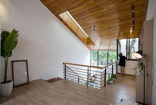 Tầng 2 chủ yếu được sử dụng làm khu vực sinh hoạt, phòng thờ và phòng đọc sách. Ở Việt Nam, những không gian này vô cùng quan trọng. Khu vực còn lại để dành cho một phòng ngủ và một nhà vệ sinh.