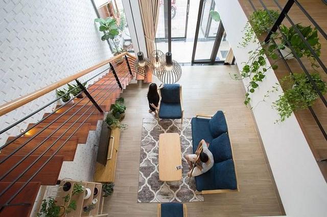 Theo như ý tưởng ban đầu, cây xanh được trang trí ở khắp nơi trong ngôi nhà. Đây là một ưu điểm rất lớn của Minimalist house so với các mẫu nhà phố truyền thống.