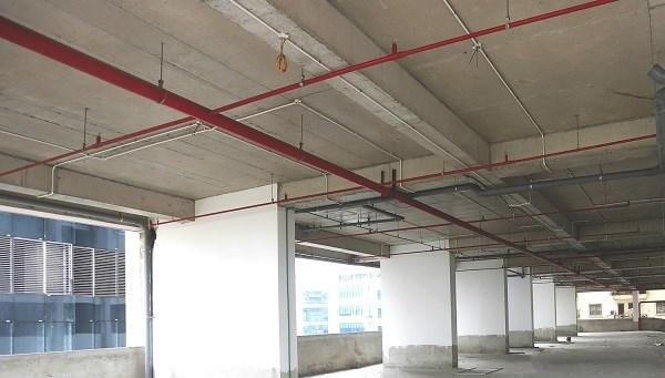 Đây có thể được xem là dự án xanh hiếm hoi ở phía Tây Thủ đô với mảng xanh thông tầng gần 10.000m2 nối dài từ tầng 17-19 và tầng 29-30; 05 tầng đỗ xe trên cao, vườn chân mây rực rỡ; mật độ xây dựng chỉ 37,7% cùng các tiện ích nội khu đáp ứng một không gian sống văn minh như bể bơi, phòng tập gym, spa,… nằm ở tầng 7 của tòa nhà, cùng hệ thống camera 24/7, an ninh đa lớp, dịch vụ quản gia...
