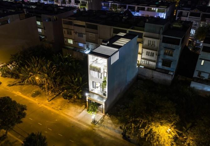 Ngôi nhà 4 tầng xây trên miếng đất 5 x 20, nằm ở một khu đô thị mới thuộc quận Bình Tân, TP HCM, vừa hoàn thành vào năm 2018. Đây là nơi sinh sống của một gia đình trẻ gồm ba thành viên.