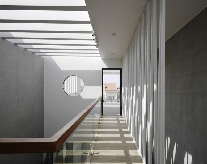 Mái nhà lắp kính góp phần không nhỏ đưa ánh sáng chan hòa khắp ngôi nhà.