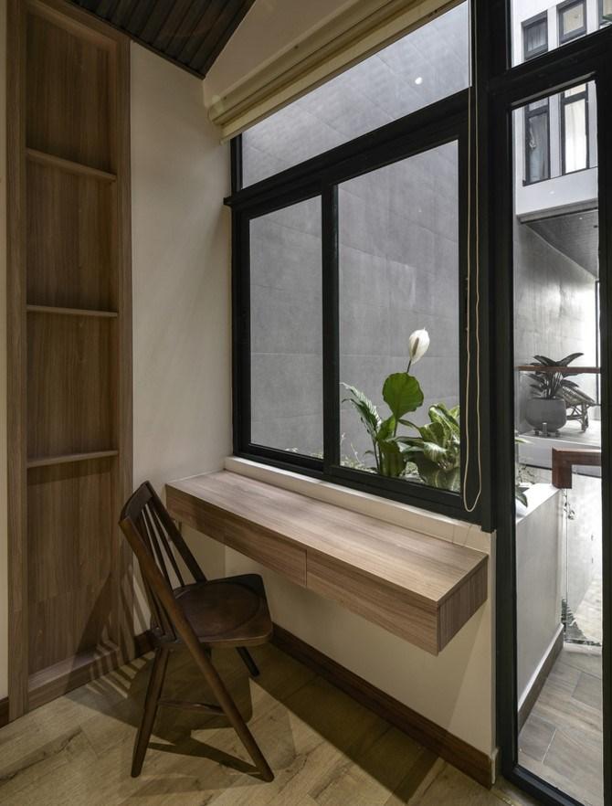 Trừ nhà vệ sinh nằm trong các phòng ngủ, tất cả các không gian chức năng đều tiếp xúc trực tiếp với khu vực thông tầng, nhờ cửa ra vào và cửa sổ.