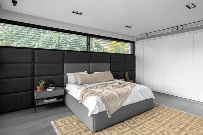 Phòng ngủ người lớn thông thoáng, tủ quần áo âm tường đảm nhận chức năng lưu trữ quần áo cho cả gia đình.